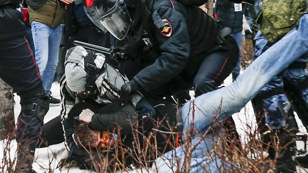 Die Polizei verhaftet einen Demonstranten während eines Protestes gegen die Inhaftierung des Oppositionsführers Nawalny in Moskau. Foto: Alexander Zemlianichenko/AP/dpa