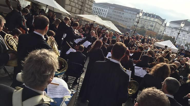 Musiker des Luzerner Sinfonieorchesters bei einem Flashmob-Konzert in Luzern.