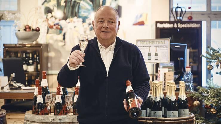 Laurent de Coulon mit einer Flasche BâleSecco.