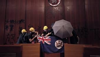Demonstranten brachten im Parlament eine Kolonialflagge an.