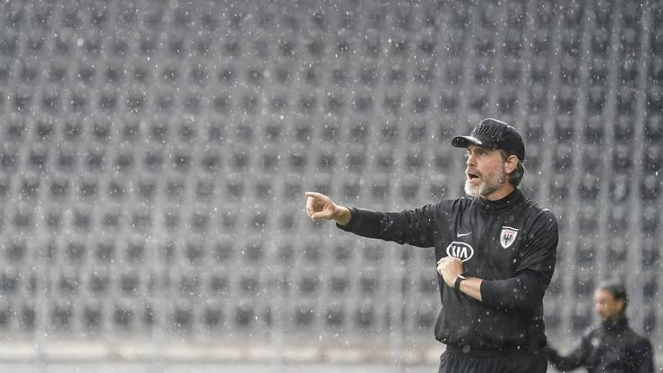 FCA-Trainer Stephan Keller und im Hintergrund das leere Schaffhauser Stadion.