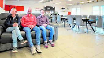 Das renovierte HSV-Restaurant auf dem Spiegelberg ist bereit. Wirtin Susanne Cannavò, HSV-Präsident Fabian Wüthrich und Architekt  Michael Summermatter hoffen auf ein rasches Ende  der Corona-Krise.