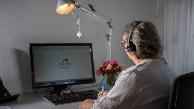 Eine Telefonistin der Organisation «Die Dargebotene Hand» in der Zentralschweiz.