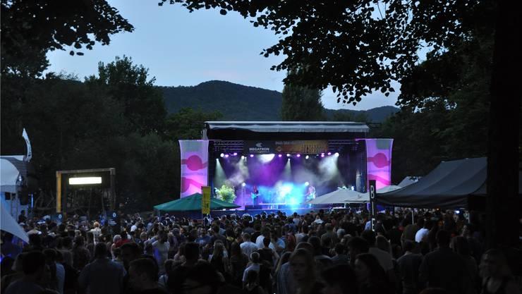 Die Bands auf der Open-Air-Bühne überzeugen mit musikalischem Können.