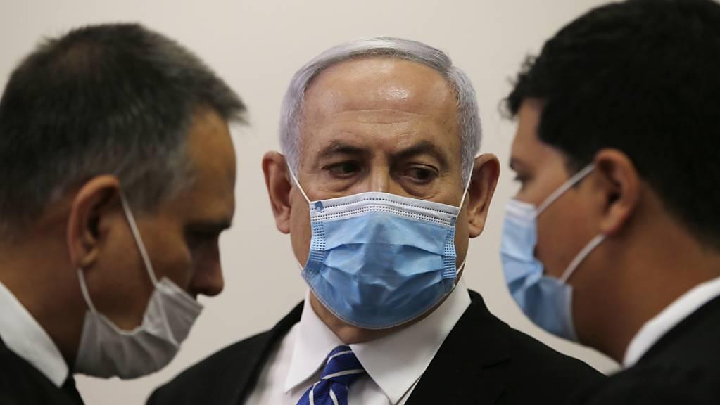 «Crime Minister» Netanjahu (Mitte) im Gerichtssaal in Jerusalem.