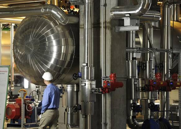 Ein Holzheizkraftwerk verursacht weniger CO2-Emissionen als ein Kraftwerk, das mit Erdgas und Öl betrieben wird (im Bild: Holzheizkraftwerk von Aubrugg).