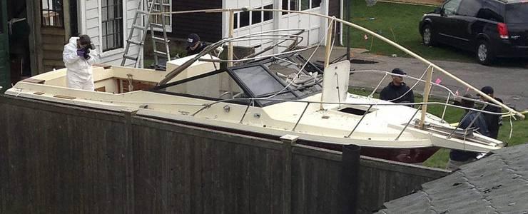 Mitarbeiter der Spurensicherung im Boot, in dem sich der Attentäter versteckte.