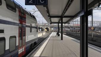 Weniger Sitzplätze für S-Bahn-Passagiere in Zürich und Umgebung. Grund sind Wartungsarbeiten und zu wenig Personal. (Archiv)