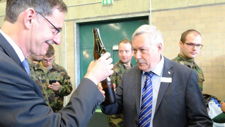 Regierungspräsident Mario Fehr stösst mit Kantonsratspräsident Rolf Steiner an.