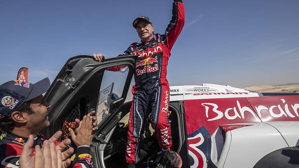 Der zweifache Rallye-Weltmeister Carlos Sainz freut sich über seinen dritten Sieg beim Rallye Dakar