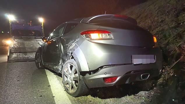 Einer der zwei Unfallwagen wird nach dem Zusammenprall abgeschleppt.