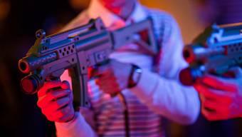Jugendliche spielen mit Spielzeuggewehren (Symbolbild)