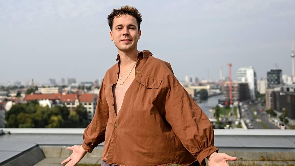 ARCHIV - Musikproduzent und DJ Felix Jaehn steht am Rande eines dpa-Interviews auf dem Dach des Universal-Gebäudes an der Spree. Jaehn, der früher mit Angstzuständen gelebt hat, ist nach eigenen Worten mental gut durch die Corona-Krise gekommen. Foto: Britta Pedersen/dpa-Zentralbild/dpa