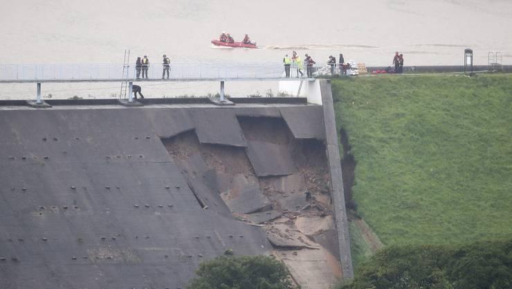 Um einen drohenden Dammbruch in Nordengland zu verhindern, haben die Behörden in der Nacht zum Freitag einen Helikopter zur Unterstützung angefordert.