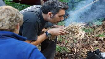 Der Überlebenscoach Dario Carrozza führte den Sarmenstorfer Schülern vor, wie man trockenes Gras zum Brennen bringt. Dominic Kobelt
