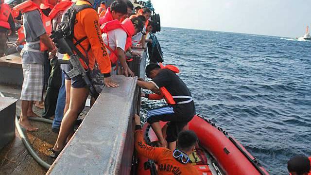Überlebende des Fährunglücks werden von Rettungskräften geborgen