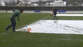 Der erste Schnee bringt die Verantwortlichen des FC Aarau ins Schwitzen. Damit das Spiel gegen Chiasso angepfiffen wird, muss das Feld geräumt sein.