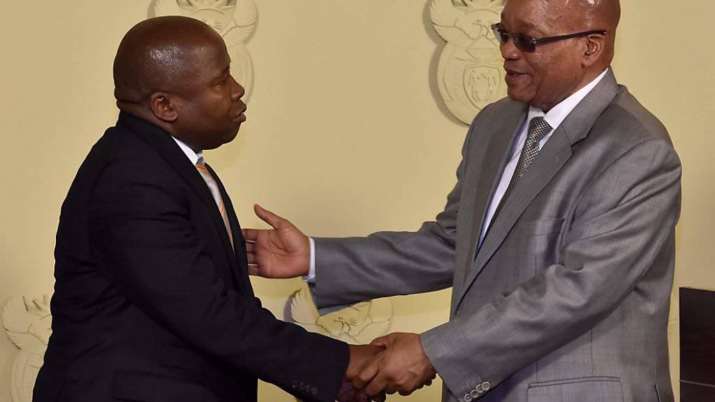 Nur gerade vier Tagen lang amtete David Van Rooyen (links) als Finanzminister in Südafrika. Präsident Jacob Zuma (rechts) setzte ihn nach harscher Kritik ab. (Archivbild)