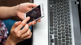 Über das Internet verkaufte der Aargauer unter anderem sieben Smartphones – ohne jemals ein Gerät besessen zu haben, geschweige denn liefern zu können.