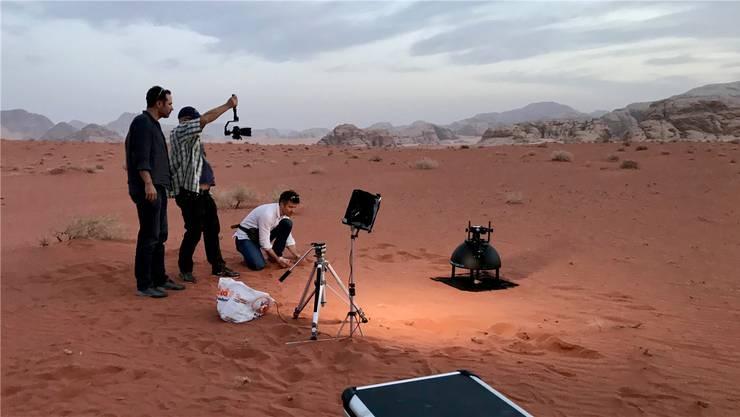 Peter Fornaro (weisses Hemd) bereitet eine Aufnahme mit dem Broncolor Scope D50 in der Region Wadi Rum nahe der Felsenstadt Petra in Jordanien vor.