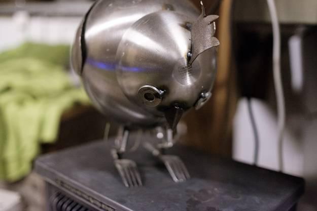 Ein Huhn aus alten Ikea-Schüsseln