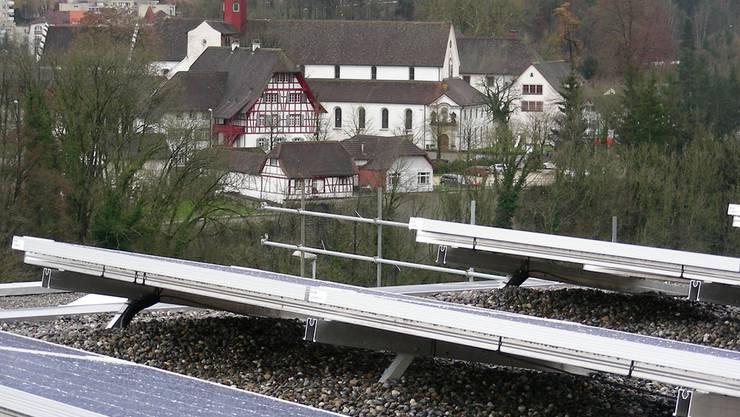 Die Solaranlage an der Schwimmbadstrasse, im Hintergrund das Kloster Wettingen.Dieter Minder