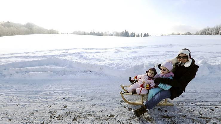 Die Beratungsstelle für Unfallverhütung (bfu) rät davon ab, mit Kleinkindern auf dem Rücken Skipisten hinunterzusausen. Schlittelplausch hält sie für die besser Alternative. (Archivbild)