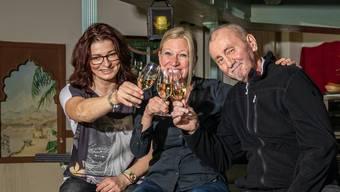 Katalin Csáki (von links), Barfrau Sonja Knapp und Béla Csáki verabschieden sich heute im «Elefanten Musik Pub» in Klingnau von ihren Gästen.