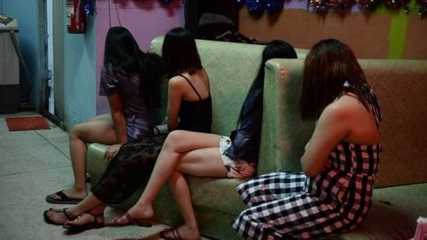 Illegale Sexarbeiterinnen in einer Karaoke-Bar im Süden des Landes wurden bei einer Razzia der Polizei befreit.