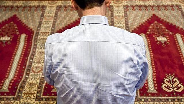 Gläubiger betet in einer Moschee in St. Gallen