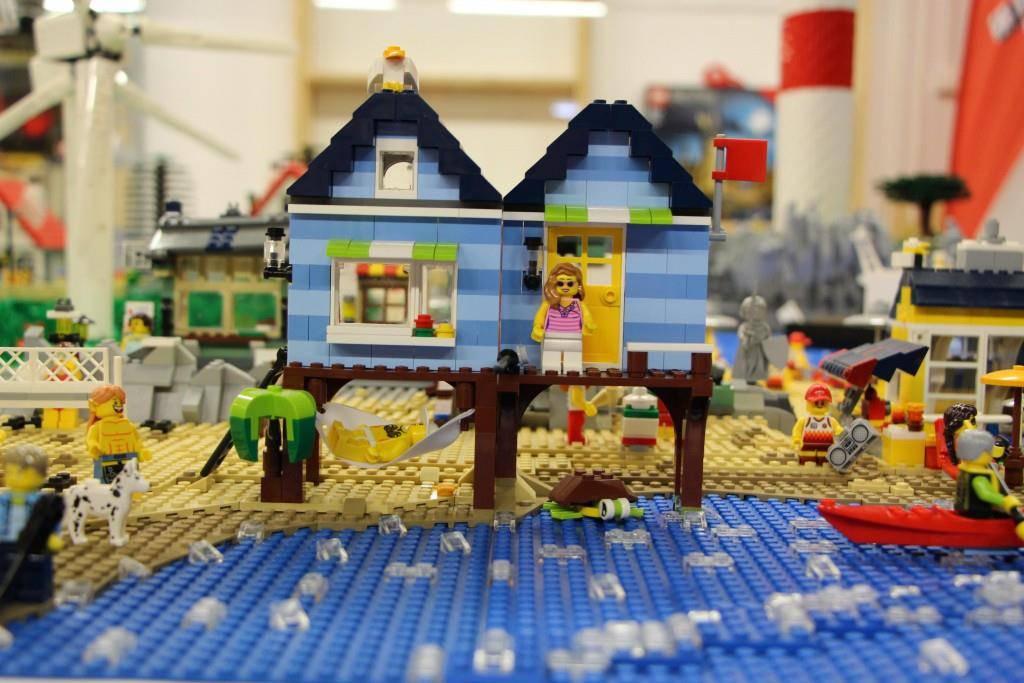 Mit viel Geduld, Zeit und Feinmotorik wurde detailliert an der Lego-Ausstellung gearbeitet. (© FM1Today/Noémie Bont)