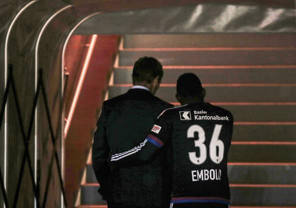 Embolo tröstet nach dem Spiel FCZ-Trainer Sami Hyypiä.