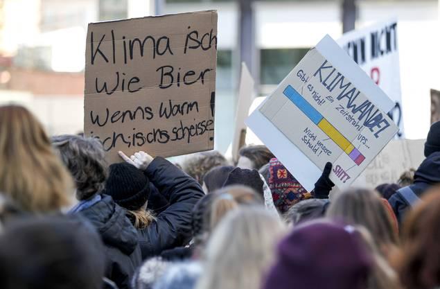 Mit markigen Sprüchen demonstrieren die Schülerinnen und Schüler, wie hier in Aarau.