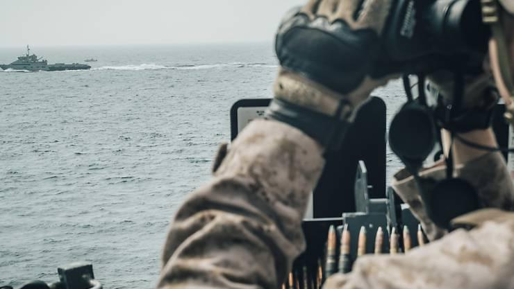 Ein US-Soldat beobachtet ein iranisches Schiff in der Strasse von Hormus.  (Foto: US MARINE CORPS/STAFF SGT. DONALD HOLBERT via EPA Keystone)