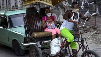 Fahrradtaxi in Havanna. Kuba verlangt künftig bei der Einreise einen negativen Test auf das Coronavirus. Foto: Ramon Espinosa/AP/dpa