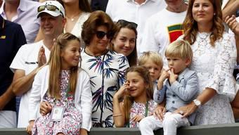 Mirka Federer (r) und die Kinder Charlene, Myla, Leo und Lenny. Wenn's nach Papa Roger geht, soll die ganze Familie Tennis spielen. (Archivbild)