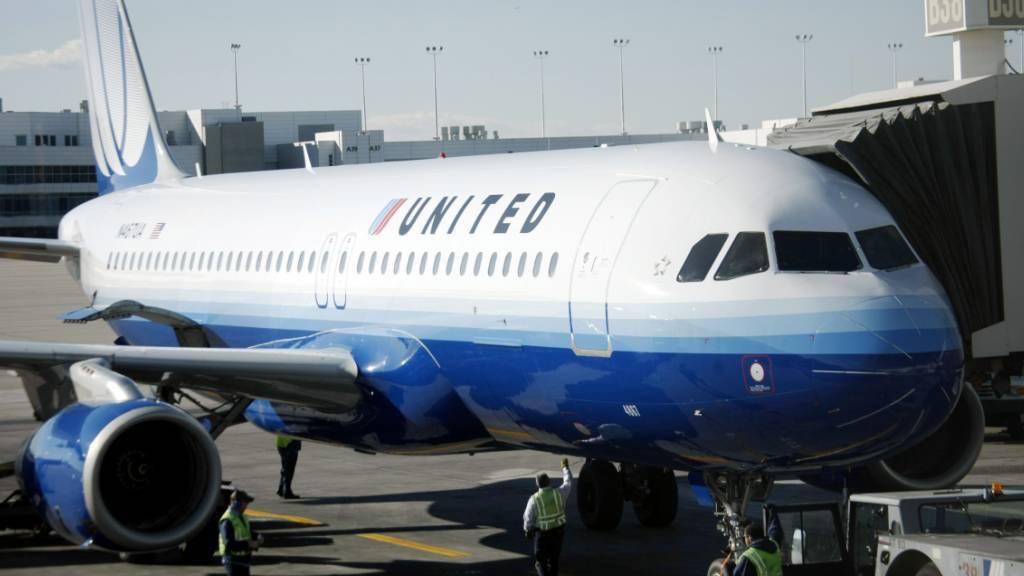 Passagierin in Toilette eingesperrt: Flieger muss umgeleitet werden