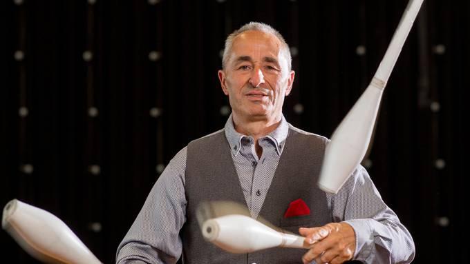 Zirkusdirektor Johannes Muntwyler jongliert im neuen Programm des Circus Monti. Es ist das Handwerk, das er ursprünglich gelernt hat. Bild: Severin Bigler
