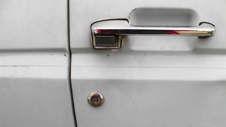 Eine Autotür wurde auch in Mitleidenschaft gezogen und weist nun eine Delle auf.
