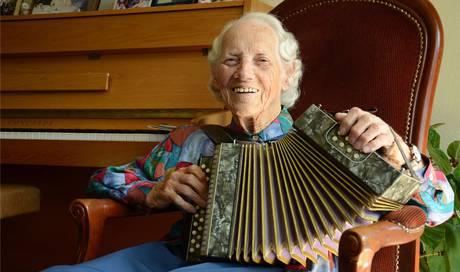 trudi kilian ist 97 jahre alt und spielt jeden tag auf. Black Bedroom Furniture Sets. Home Design Ideas