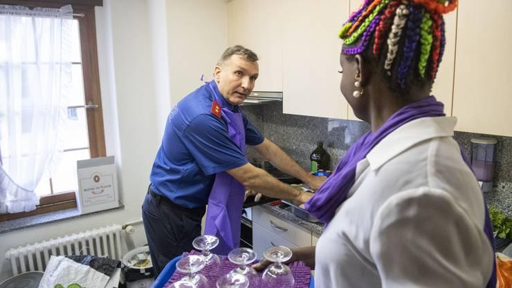 Hatte alle Hände voll zu tun: Martin Litscher bereitete das Essen für rund 20 Migrantinnen zu, die währenddessen einen Vortrag zum Thema häusliche Gewalt hörten.
