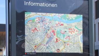 Seit der Montage vor gut acht Monaten sind die Schulangaben zur BFGS und zum BWZ auf diesen Infotafeln am Bahnhof Brugg falsch oder unvollständig.