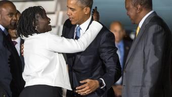 Ist sie's wirklich? Ein anscheinend zögernder Barack Obama umarmt bei seiner Ankunft in Nairobi seine Halbschwester Auma. Rechts neben dem US-Präsidenten dessen kenianischer Amtskollege Uhuru Kenyatta.