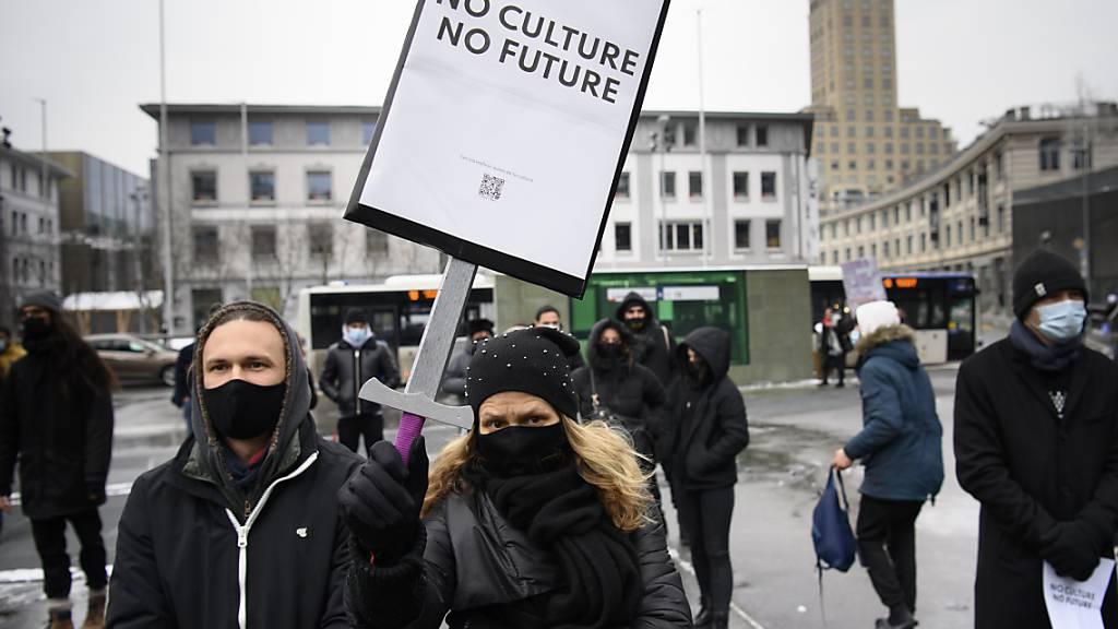 Kulturschaffende haben am Samstag in zehn Westschweizer Städten auf ihre schwierige Lage in der  Corona-Krise aufmerksam gemacht. In Lausanne (Bild) nahmen etwa 250 Personen an einer Kundgebung teil.