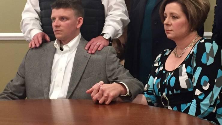 Stellt sich den Medien nach dem tödlichen Vorfall: Festgenommener US-Polizist mit seiner Mutter in Montgomery.