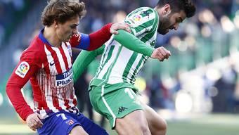 Atléticos Stürmerstar Antoine Griezmann (links) hier im Zweikampf mit Antonio Barragan von Betis Sevilla