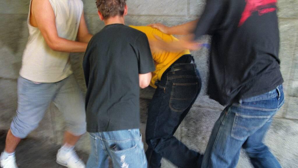 Der 19-jährige Täter brach dem Opfer den Kiefer und fügte ihm eine Hirnerschütterung zu. (Symbolbild)