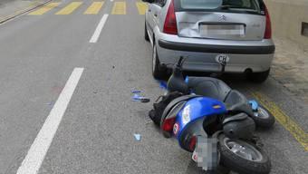 Der 50-jährige Rollerfahrer krachte ins Heck des Autos und musste schwer verletzt ins Spital geflogen werden.