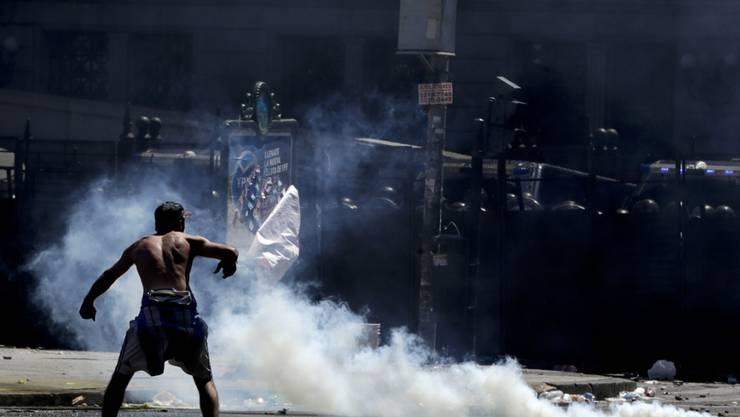 Brandsätze und Steinwürfe: Chaoten demonstrieren in Argentinien gegen Sparmassnahmen.