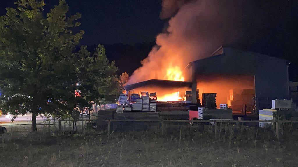 Bei einem Brand einer Lagerhalle in Laufenburg AG entstand am frühen Samstagmorgen grosser Sachschaden. Verletzt wurde niemand.